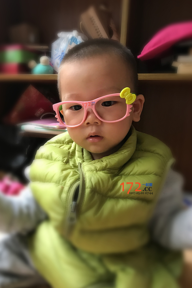 趁欣欣姐上学了,偷偷带姐姐眼镜玩玩