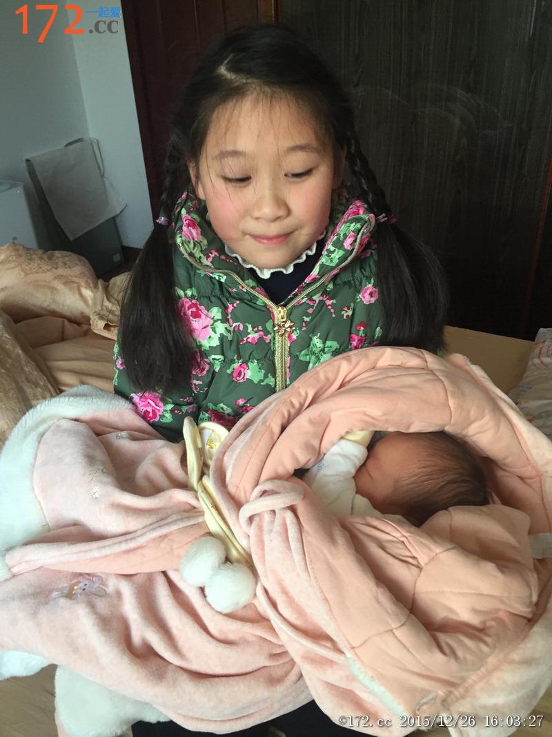 欣欣姐第一次抱弟弟