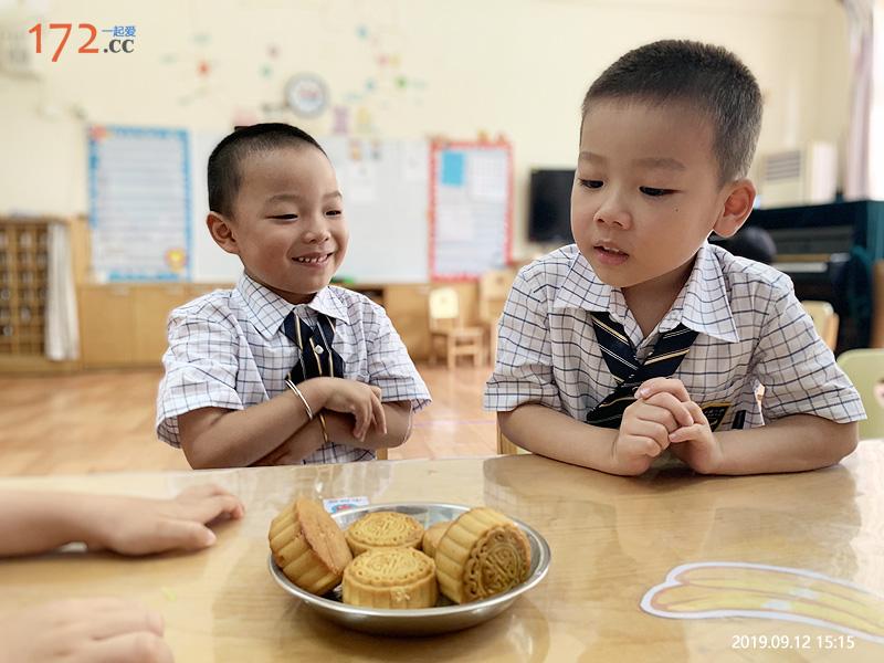 老师,我要吃月饼,好香啊!